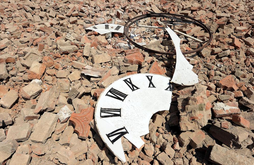 L'orologio del duomo distrutto tra le macerie a Mirandola (Ansa)
