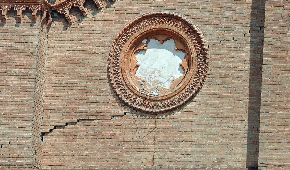 Una crepa nella parete del duomo di Mirandola  (Ansa)