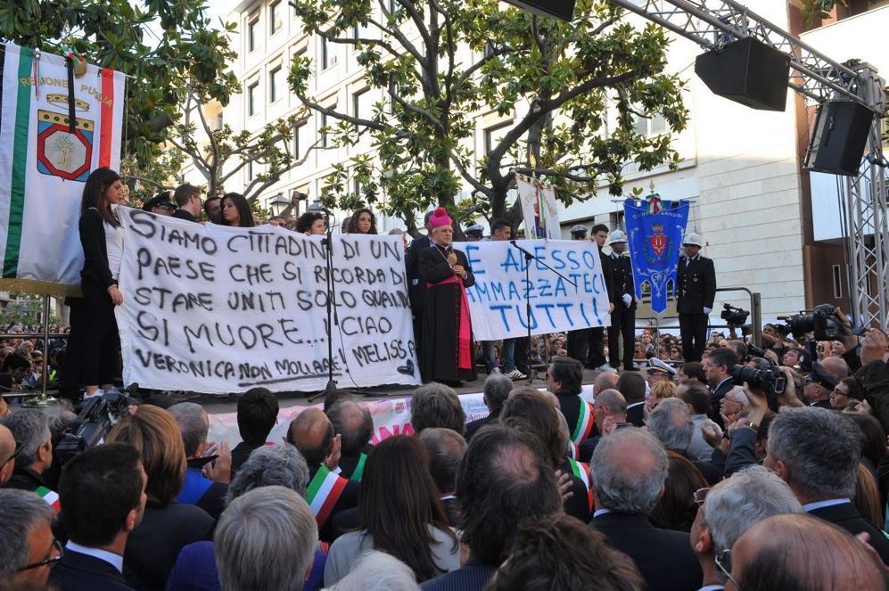 Brindisi, la cittadinanza in piazza. Al centro l'arcivescovo monsignor Rocco Talucci (Fotogramma)