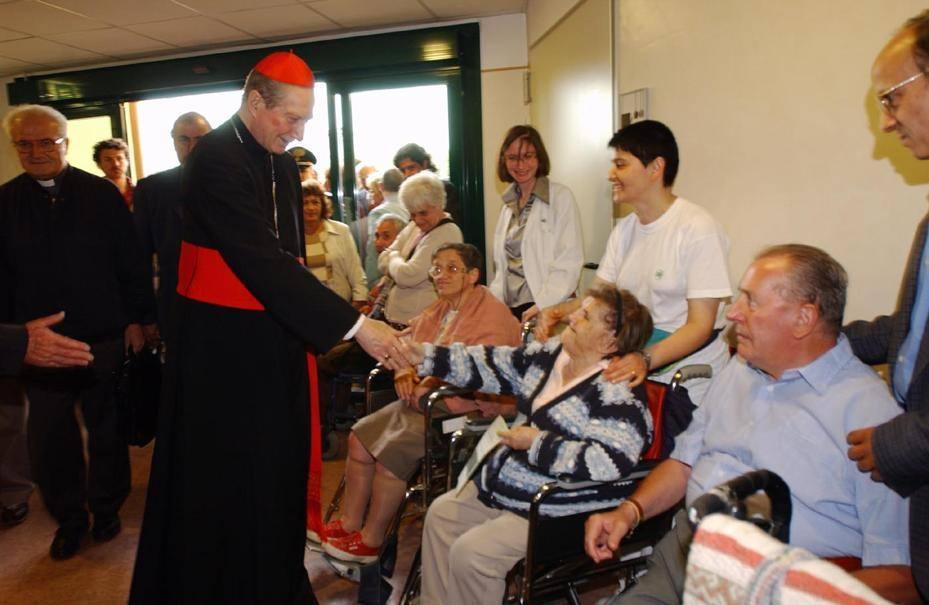 Il cardinal Martini in visita agli ospiti della casa di riposo Sacra Famiglia di Cesano Boscone(Fotogramma)