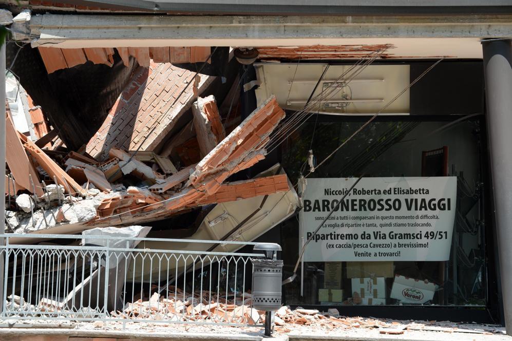 Un palazzo crollato a Cavezzo, nel modenese, il paese più colpito dalle scosse del 29 maggio. Più del 75 per cento delle costruzioni è venuto giù (Afp/Lingria)