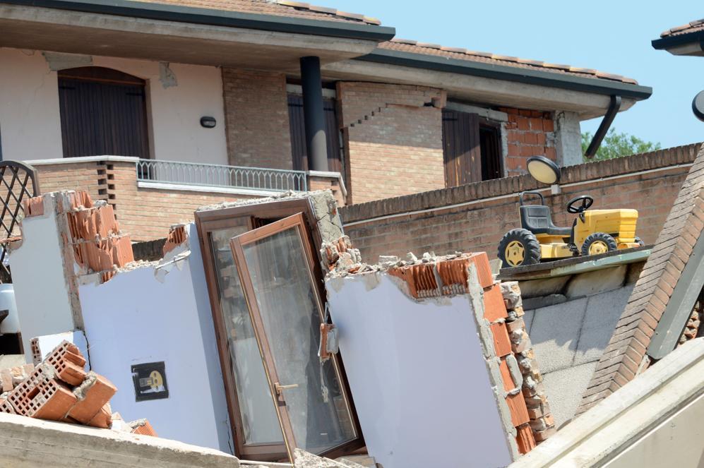 Una casa sventrata dal terremoto (Afp/Lingria)