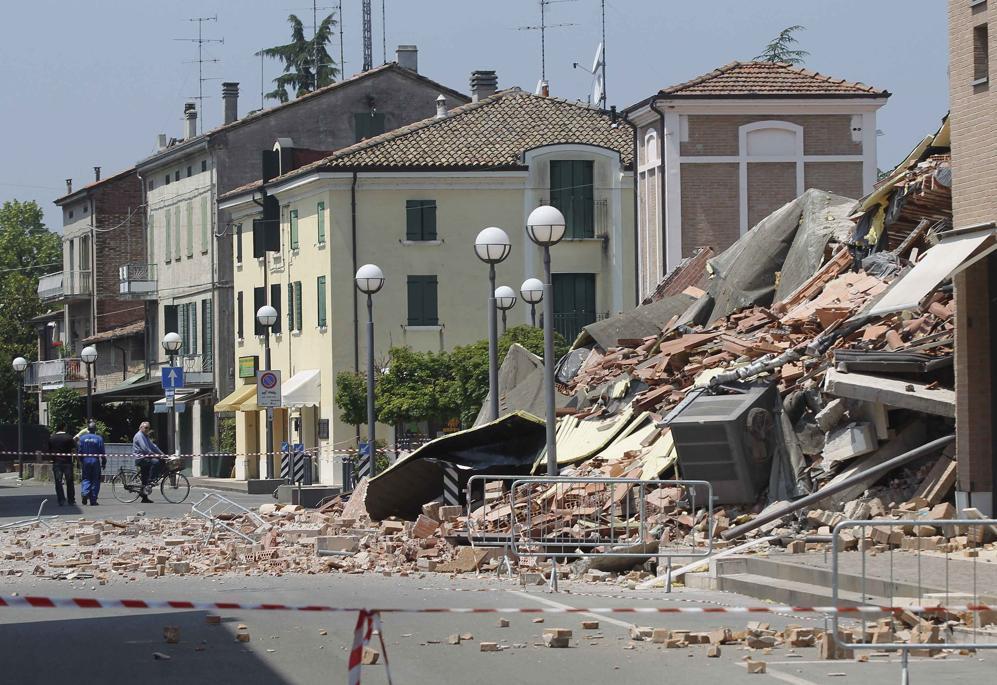 Transenne e «zona rossa» nel paese distrutto (Reuters/Benvenuti)