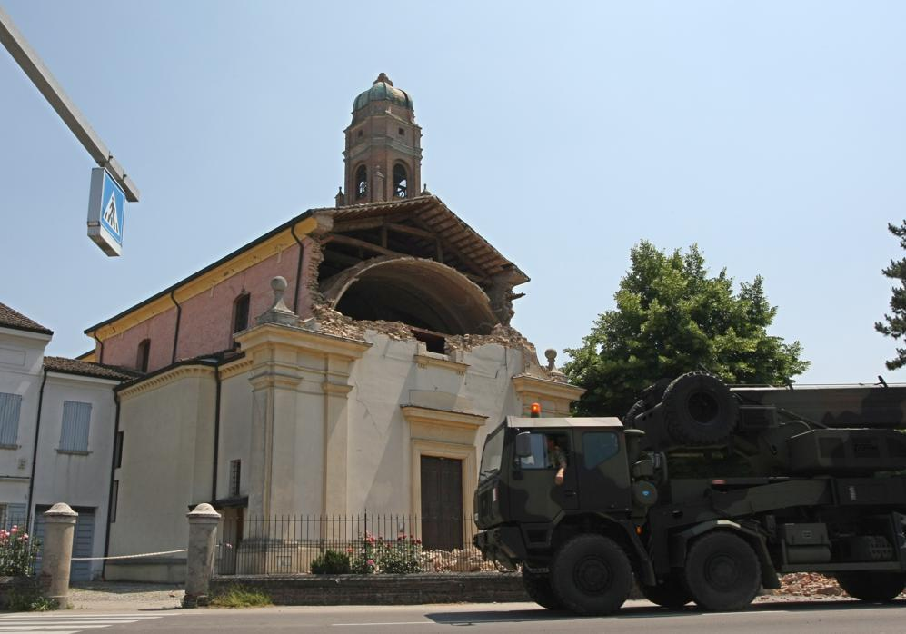 In arrivo mezzi militari a Cavezzo (Afp/ Teyssot)