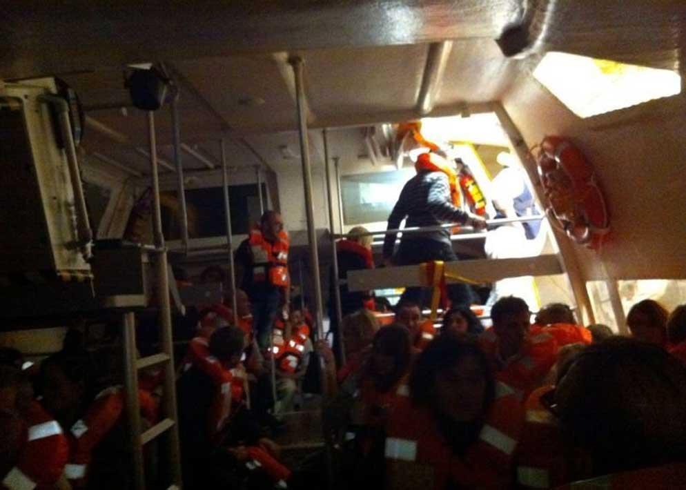 I passeggeri in salvo sulle scialuppe di salvataggio in questa immagine scattata col cellulare da un superstite (Epa)