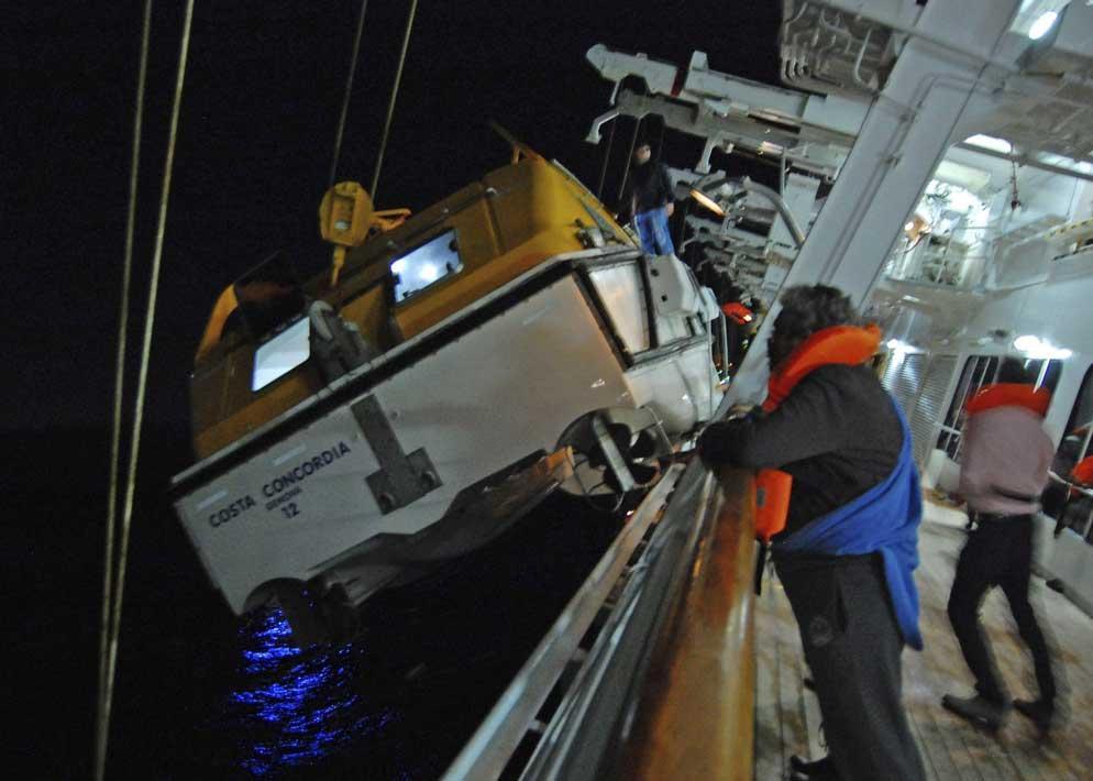 I battelli di salvataggio vengono calati in mare con molta difficolt� perch� urtano contro lo scafo della nave che si sta inclinando dalla parte opposta(Epa)
