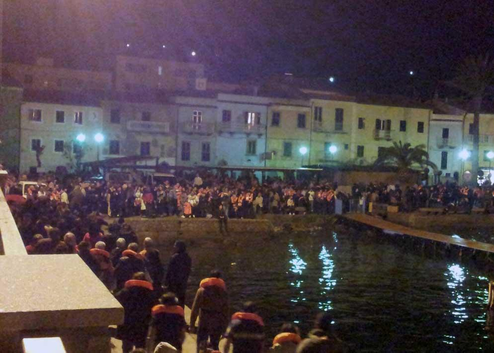 Il molo del porto dell'Isola del Giglio � diventato il primo rifugio per chi � scampato alla sciagura (Afp)