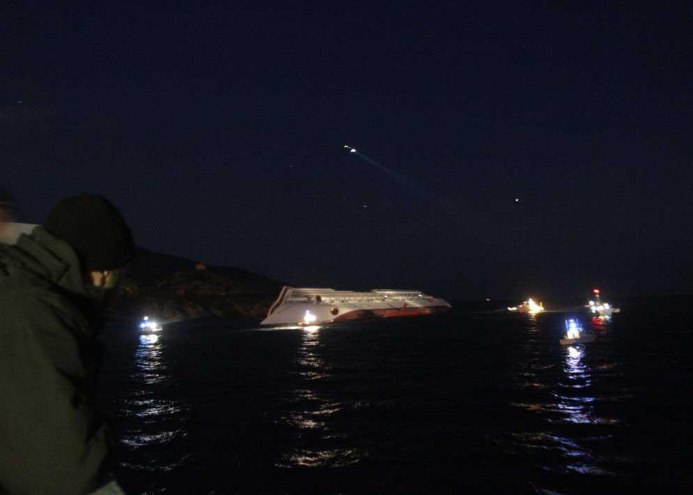 Sono le prime ore di sabato 15 gennaio, lo scafo della Concordia � inabissato per met� in un punto dove il fondale va dai 20  ai 25 metri di profondit� (Sestini)