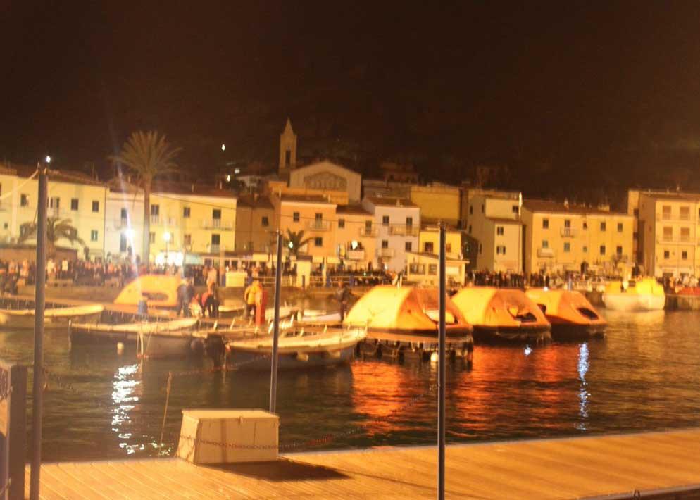 Scialuppe ormeggiate alla banchina del porto (Ansa)