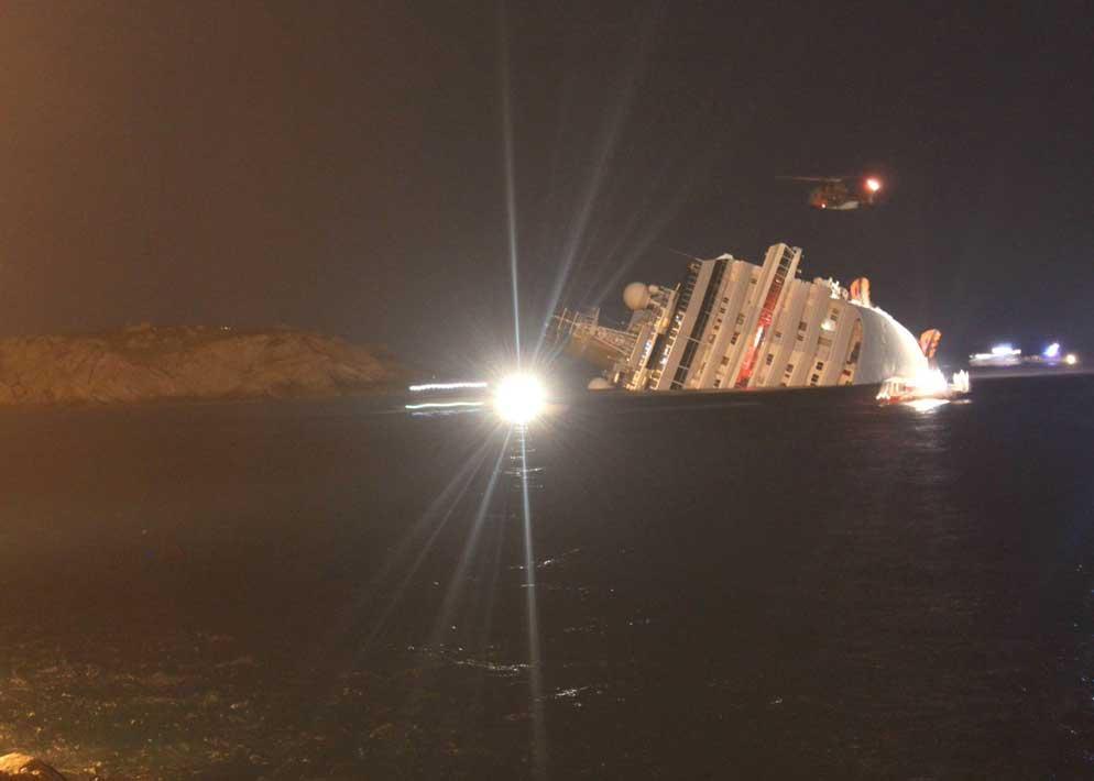 Il gigante Costa visto dalla terraferma poche ore dopo la tragedia (Ansa)