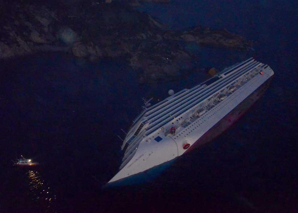 La livrea candida della nave da crociera vista dall'elicottero in questa immagine surreale (Ansa)