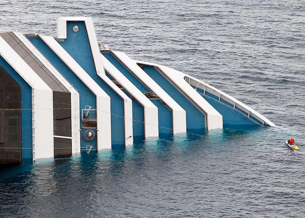 La plancia di comando e la porzione prodiera dei ponti della Concordia che spuntano dall'acqua (Reuters)