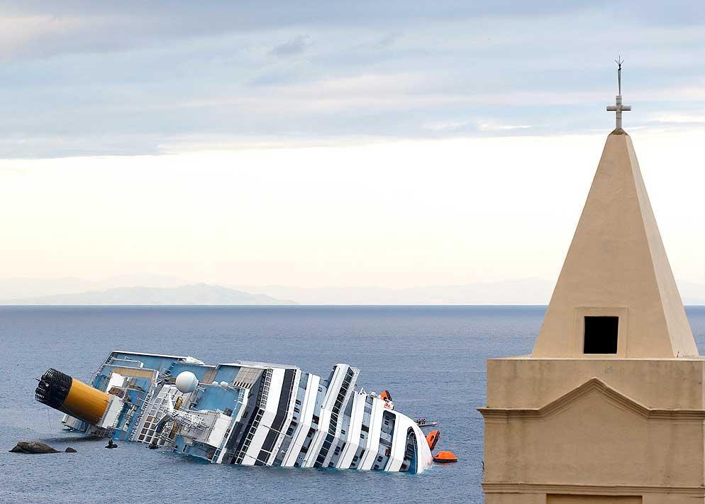 Domenica 15 gennaio, il mare � calmo. Il relitto della Concordia � uno spettacolo incredibile per chi abita sull'isola (Reuters)