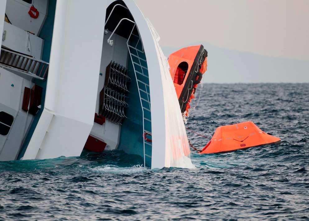 Alcuni battelli di salvataggio sono rimasti impigliati nel sartiame della nave durante la fuga caotica e sono rimasti inutilizzati (Ap)