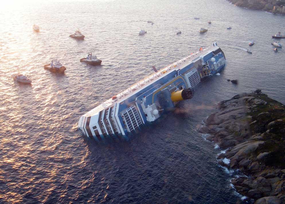 Cos� si presenta la nave da crociera dopo il naufragio, immobile e adagiata sul fianco destro (Clicphoto)