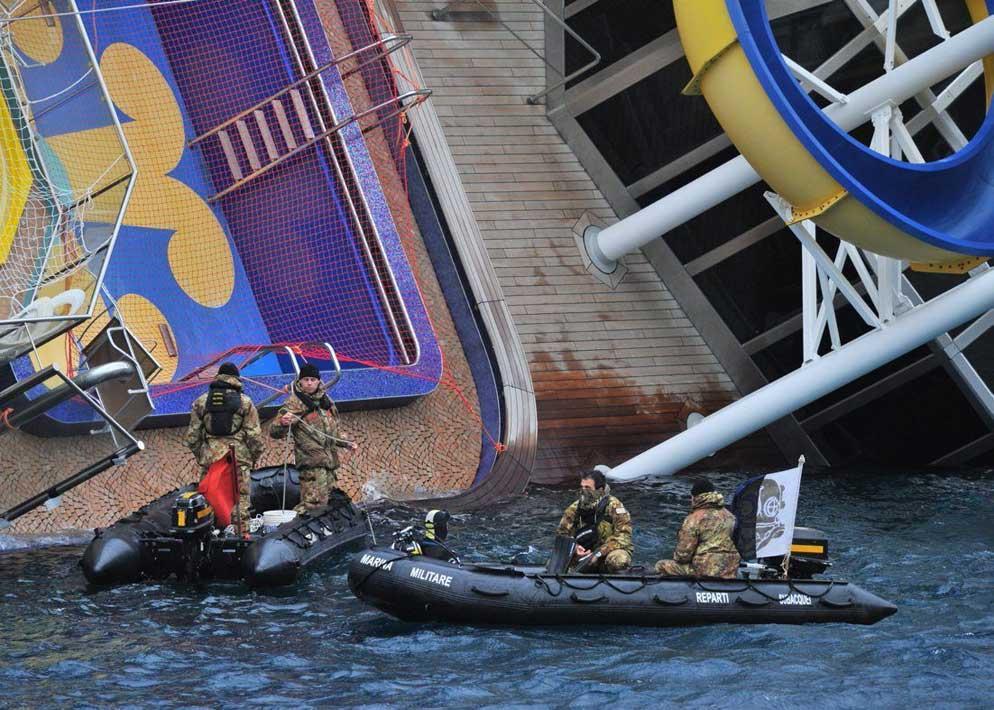 Per la ricerca dei superstiti sono dovuti intervenire i reparti subacquei della Marina Militare  che hanno usato anche l'esplosivo per aprirsi un varco tra i rottami (Clicphoto)