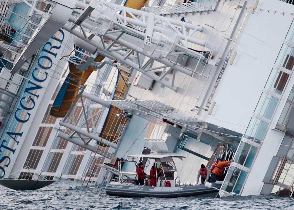 I soccorritori tentano di entrare nel relitto attraverso i pochi ingressi che non sono rimasti sommersi (Ap)