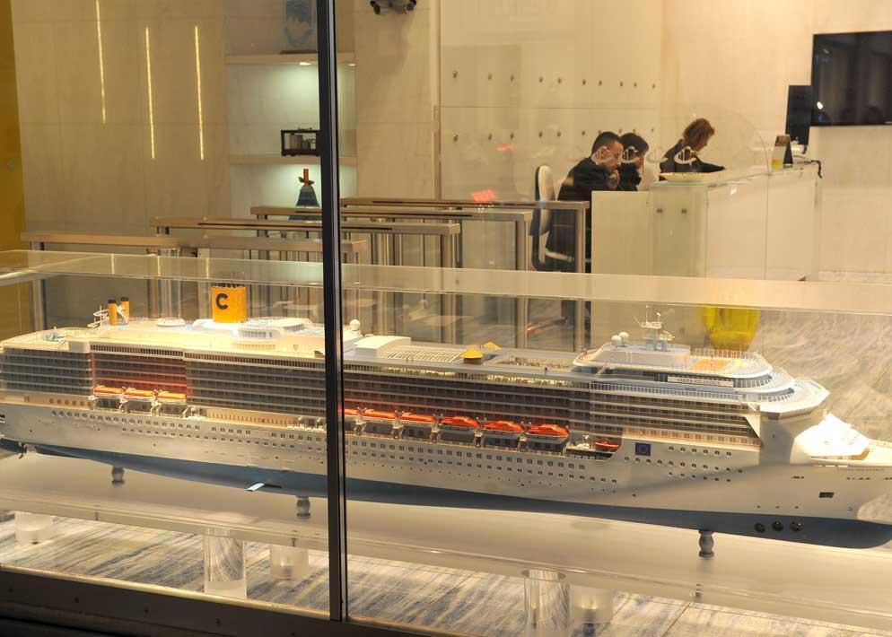 Il modellino della Concordia negli uffici della compagnia di navigazione Costa Crociere a Genova. La compagnia ha valutato in oltre 90 milioni di euro i danni causati dal disastro del Giglio (Ansa)