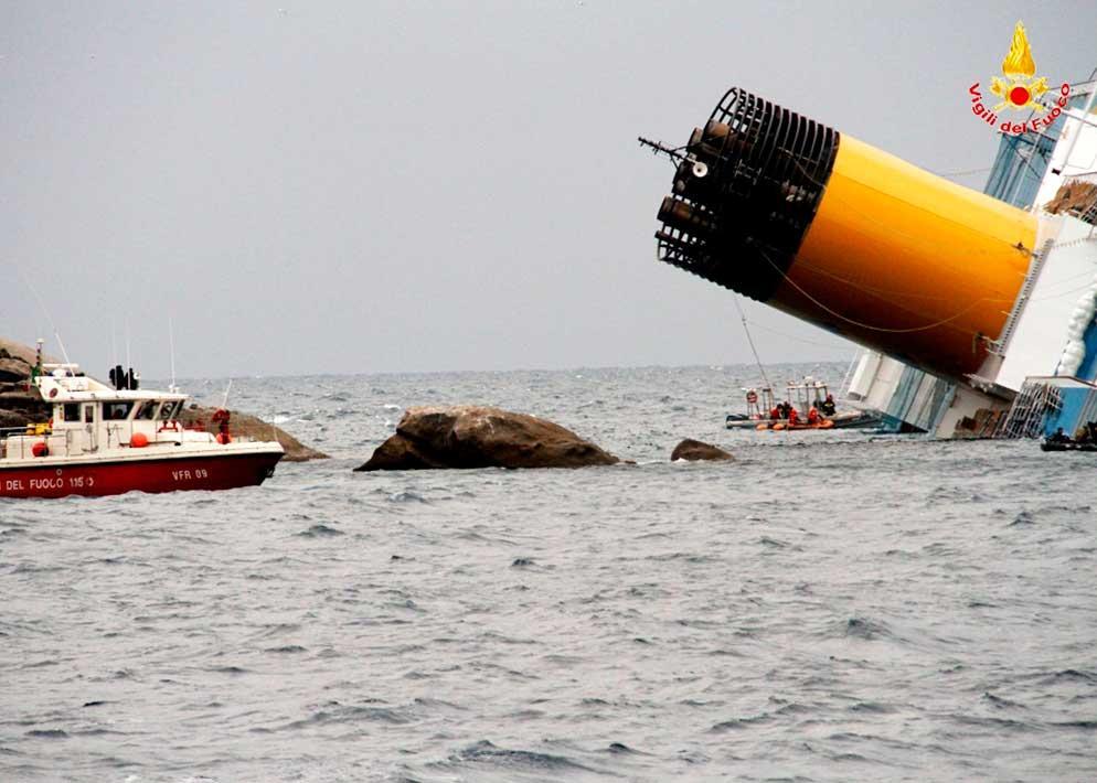 Un'immagine ripresa dalle imbarcazioni dei Vigili del Fuoco. Le condizioni del mare sono in peggioramento e complicano le operazioni di recupero (Milestone Media)