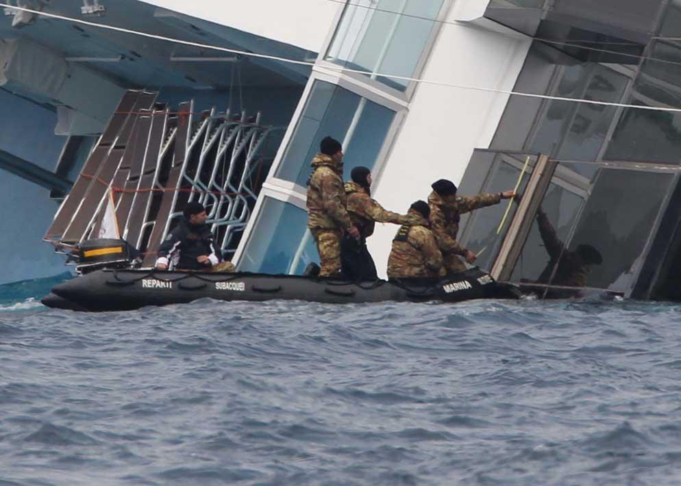 Uomini dei reparti subacquei della Marina mentre effettuano i rilevamenti per controllare lo spostamento del relitto dovuto alle correnti marine
