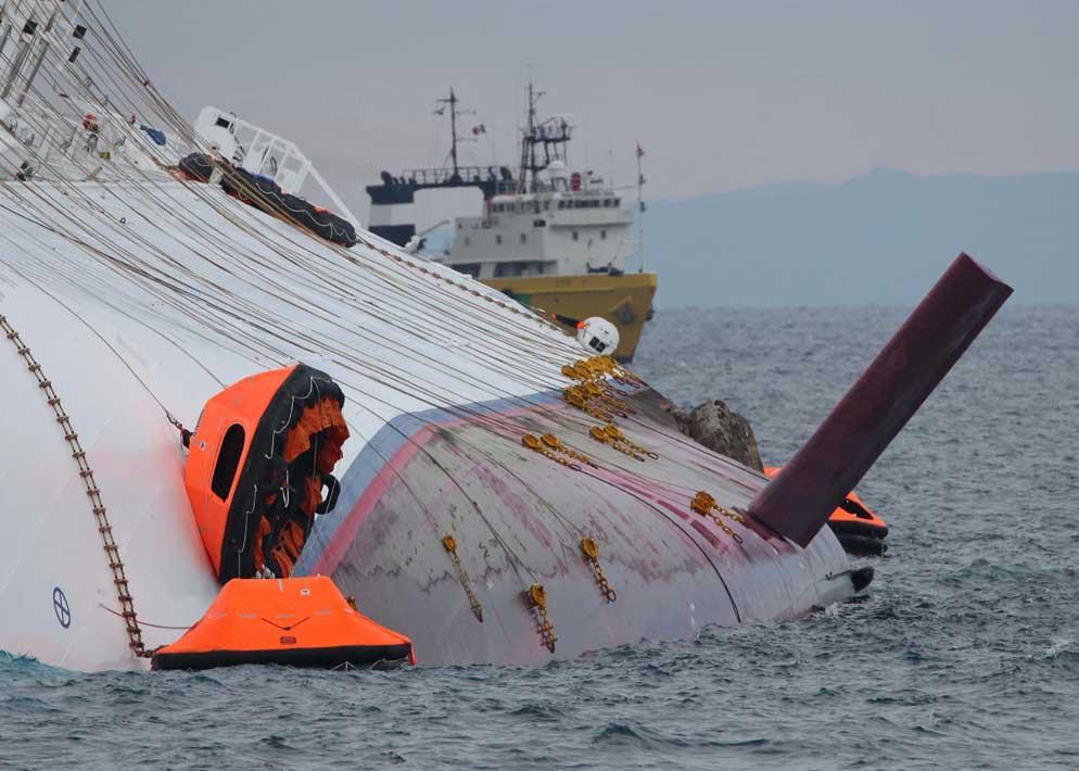 L'aletta antirollio della Concordia emerge dalle acque. Nel momento dell'impatto la nave stava procedendo con le pinne stabilizzatrici estratte