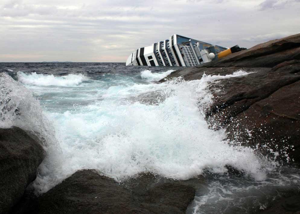 La nave ripresa dalla costa: le condizioni del mare sono in peggioramento (Olycom)