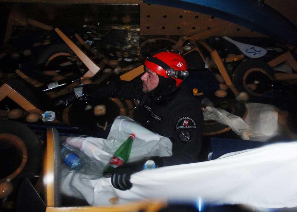 Uno dei sommozzatori della Guardia Costiera di Livorno all'interno del relitto durante le operazioni di soccorso (Afp)