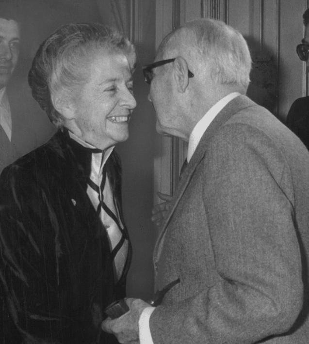Il presidente della Repubblica Sandro Pertini il 13 ottobre 1980 si congratula con Rita Levi Montalcini, vincitrice del 7� premio internazionale Saint Vincent per le scienze mediche