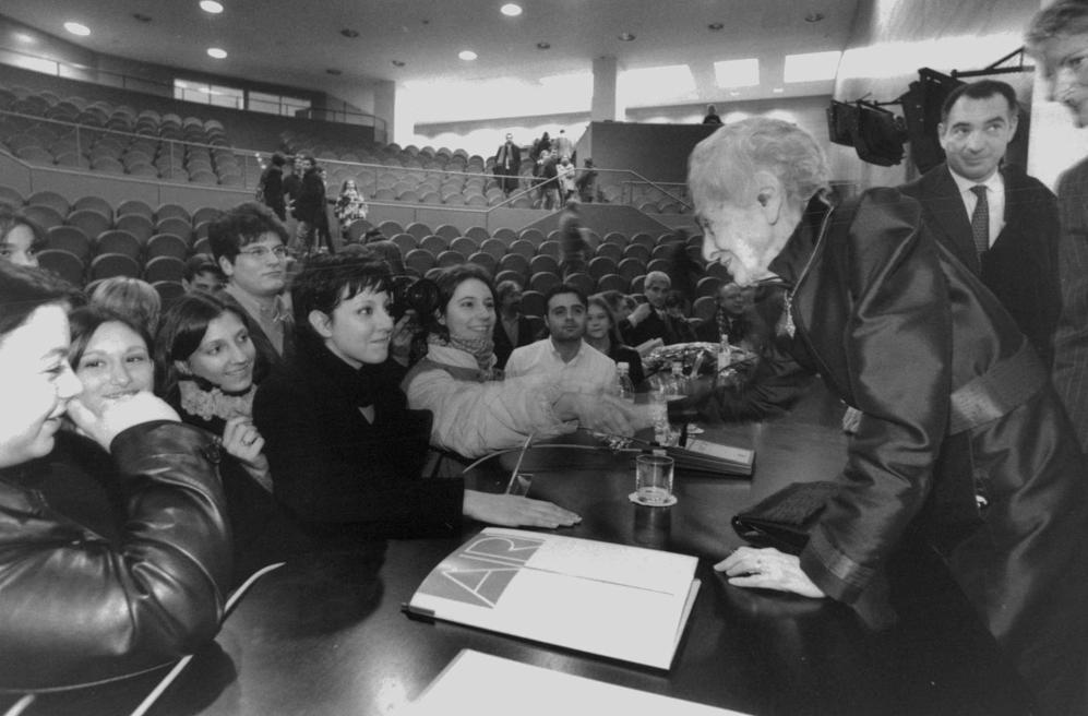 Con i giovani studenti all'Universit� Bicocca di Milano il 28 novembre 1998