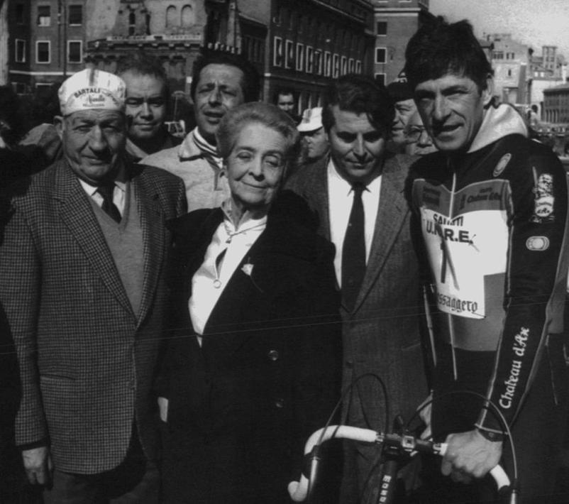 Tra Gino Bartali (a sinistra) e Francesco Moser alla manifestazione �Tutti in pista� dell'Associazione italiana sclerosi multipla a Roma il 21 febbraio 1988