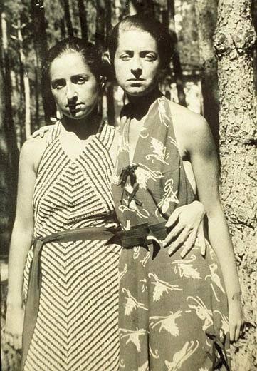 Una foto giovanile con la sorella