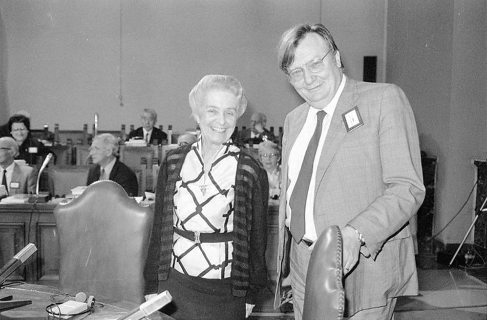 Premi Nobel a confronto durante una riunione al Vaticano, il 30 ottobre 1986: Rita Levi Montalcini, insignita per la medicina nel 1986, con Carlo Rubbia premiato per la Fisica nel 1984 (Ansa)