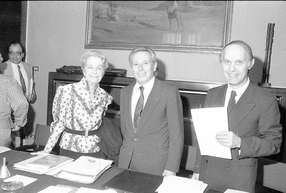 Montalcini festeggia il Nobel nella sede del Cnr con il ministro della Ricerca scientifica Luigi Granelli e il presidente del Cnr Luigi Rossi Bernardi il 16 ottobre 1986
