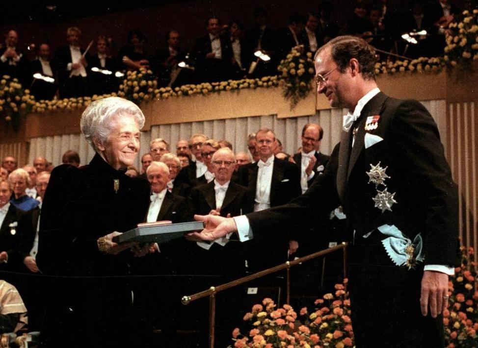 Rita Levi Montalcini mentre riceve il premio Nobel per la medicina dal re Carlo Gustavo di Svezia, a Stoccolma. Era il 10 dicembre 1986 (Ansa)