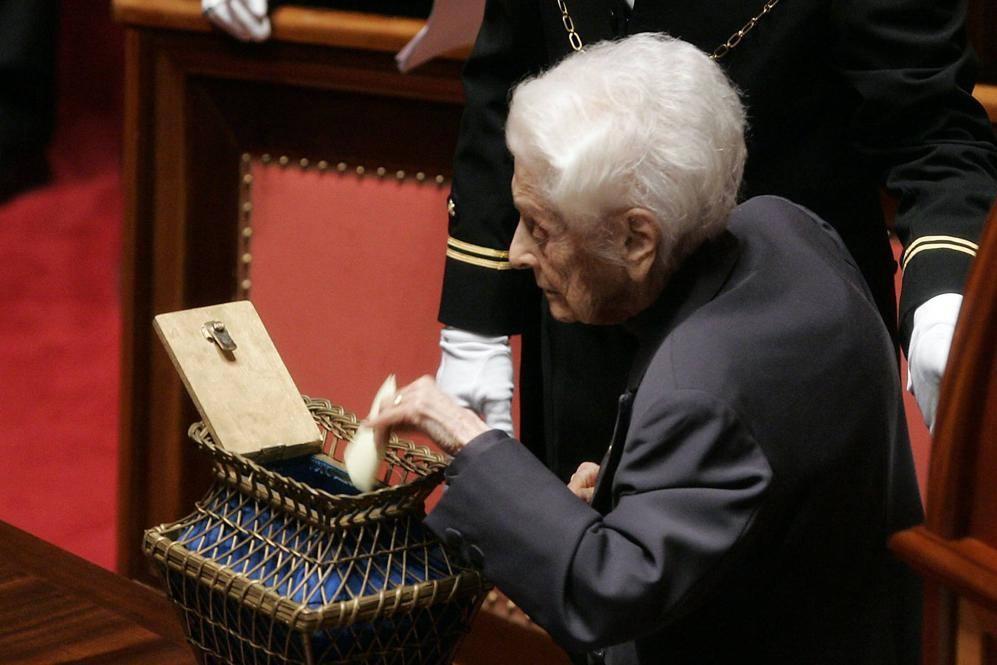 Montalcini, senatore a vita, ritratta in aula a Palazzo Madama nel 2008 durante un voto (Eidon)