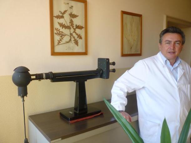 Grassi davanti a un rifrattrometro, strumento degli inizi del Novecento che serviva a determinare il grado zuccherino del succo di bietola (R. Corcella)