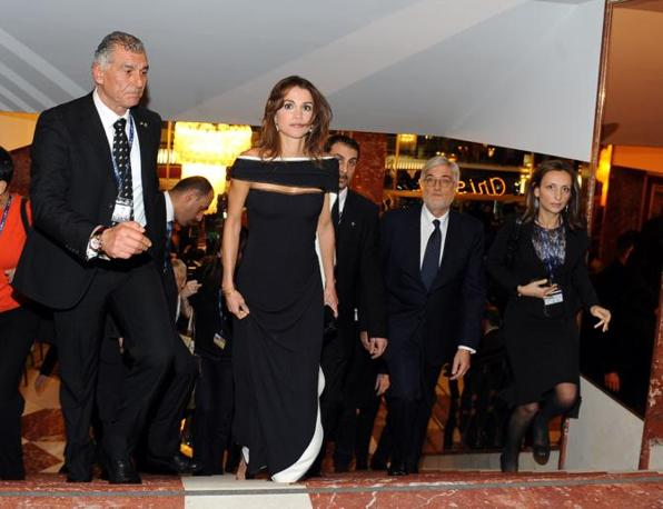 La regina Rania di Giordania al suo arrivo al Teatro Ariston (Ansa)