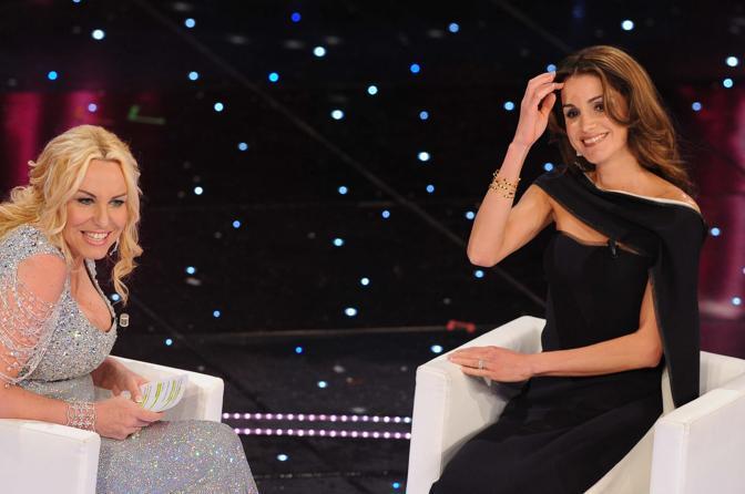 La regina Rania di Giordania all' Ariston con Antonella Clerici (LaPresse)