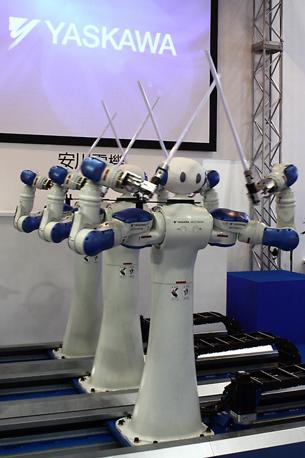 Diversi esemplari di «Motoman» della Yaskawa Electric Corporation, capaci di svolgere diversi compiti