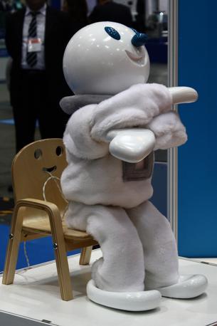 «Taizo» della General Robotix invita i passanti a fare stretching