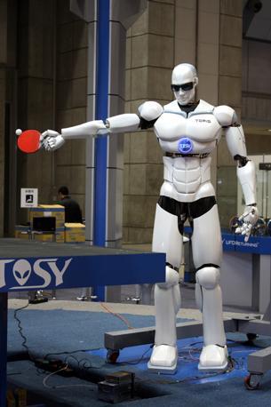 L'ormai mitico «Topio» mentre fa quello per cui è stato costruito: il ping pong