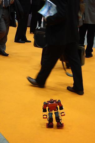 Un mini-robot a spasso tra la folla della fiera