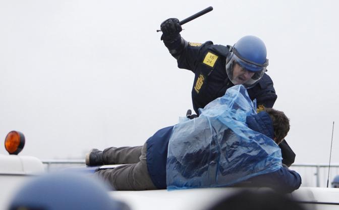"""Duri scontri tra manifestanti e polizia davanti al Bella Center di Copenaghen, sede della Conferenza Onu sul clima. Alcuni gruppi hanno tentato di violare la """"zona rossa"""" e gli agenti hanno risposto facendo uso massiccio di manganelli e lacrimogeni. Circa 250 i fermati, tra loro anche due italiani (Reuters)"""
