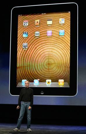 L'amministratore delegato della Apple presenta l'iPad il nuovo tablet Pc della casa di Cupertino che unisce le funzionalità di e-book, smart phone e laptop in un unico prodotto (Afp)
