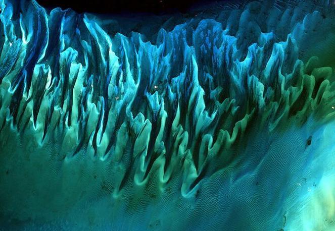 Al secondo posto della classifica, la sabbia e il fondale scolpito dalle correnti e dalle maree in un'isola delle Bahamas, immagine ripresa dal satellite Landsat 7 il 17 gennaio 2001