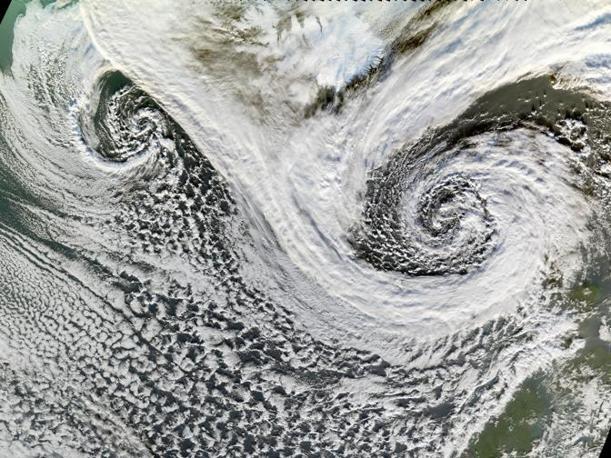 Decimo posto per un ciclone extratropicale al largo dell'Islanda. L'isola si intravvede in alto in mezzo ai due riccioli ciclonici. Immagine dello spettroradiometro Modis a bordo del satellite Terra del 20 novembre 2006