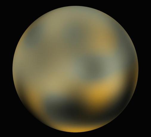 Nuove foto pubblicate dalla Nasa mostrano che Plutone sta cambiando colore. Le immagini illustrano un corpo celeste - nel 2006 quello che un tempo era considerato l'ultimo pianeta del Sistema Solare è stato «degradato» a pianetino - più rosso di quanto non fosse apparso in vari decenni.  All'occhio del profano Plutone sembra colore giallo-arancio, ma gli astronomi assicurano che è adesso il 20 per cento più rosso di quanto era prima. Le foto mostrano anche che le calotte di ghiaccio di Plutone stanno cambiando struttura: sono più luminose a nord e più scure a sud (Ap)