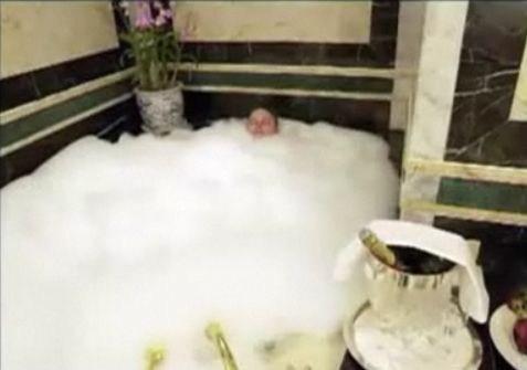 Dentro una vasca piena di bolle di sapone