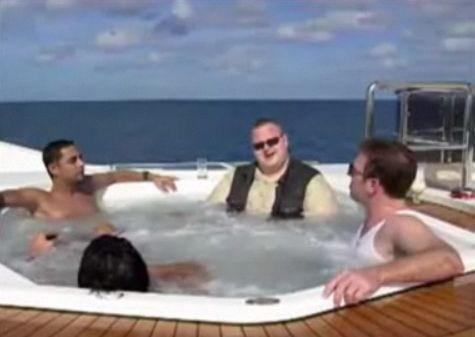 Kim Dotcom in una vasca idromassaggio con i vestiti ancora addosso
