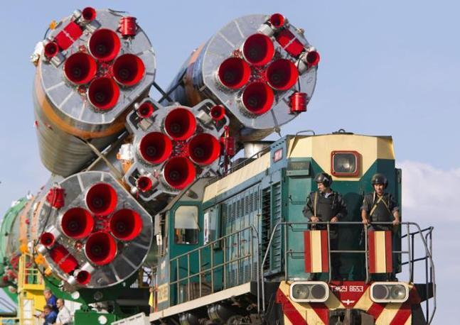 La Soyuz Tma-04M viene trasportata con uno speciale convoglio sulla rampa di lancio di Baikonur, in Kazakistan (Reuters/Shamil Zhumatov)